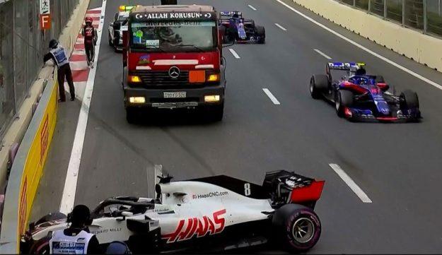 F1 : la FIA ordonne à Romain Grosjean de rouler avec un gilet jaune et un triangle de signalisation